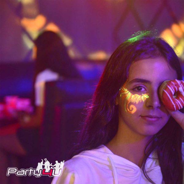 תמונה של ילדה במועדון לבת מצווה עם דונאטסים