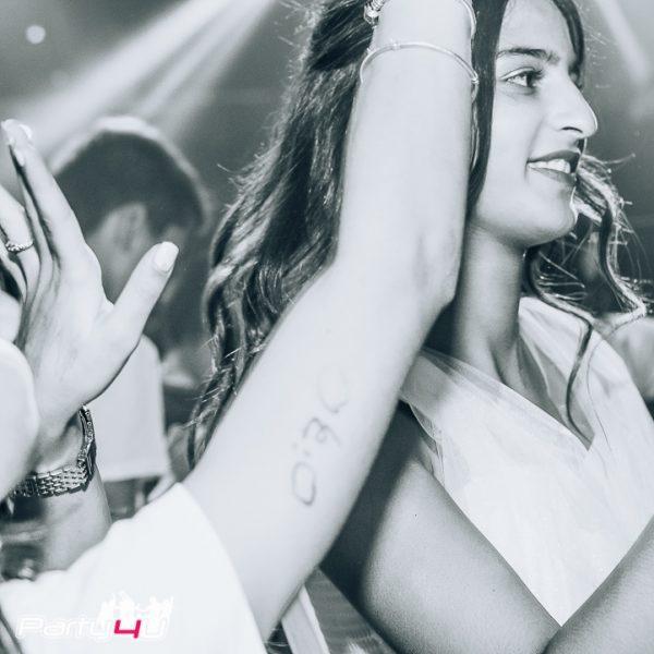 תמונה שחור לבן של חגיגת בת מצווה במודעון לבת מצווה בתל אביב