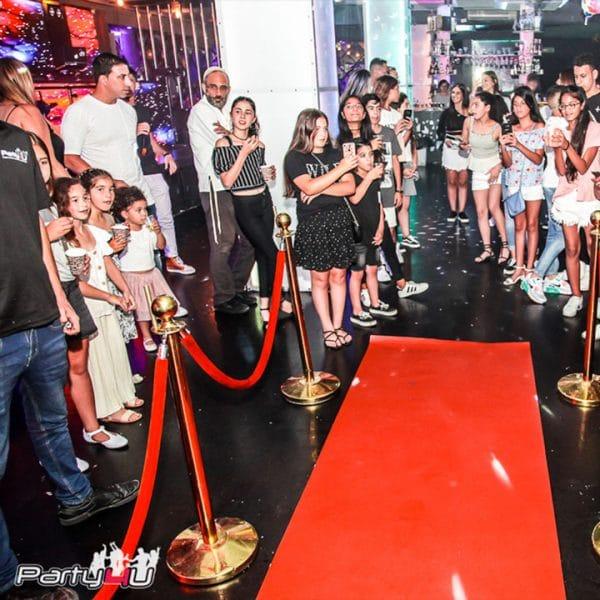 אורחים ממתינים לכניסה של כלת הבת מצווה במועדון לבת המצווה בתל אביב