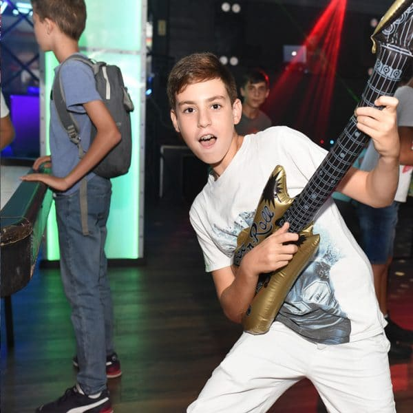 ילד עם גיטרה מתנפחת במועדונים לבת מצווה