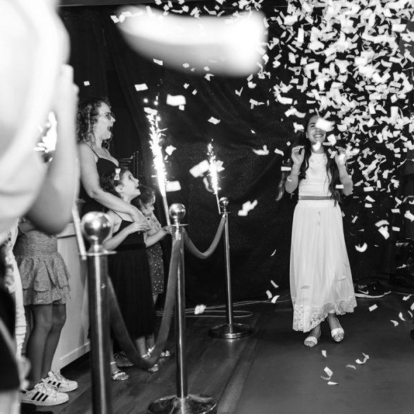 תמונה שחור לבן עם קונפטי כניסה למועדונים לבת מצווה