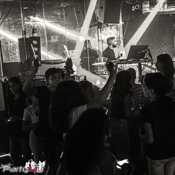 רחבת הריקודים במועדונים לבת מצווה בשחור לבן