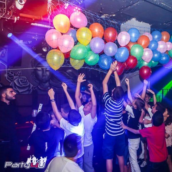 ילדים נוגעים בבלונים בתוך מועדונים לבת מצווה