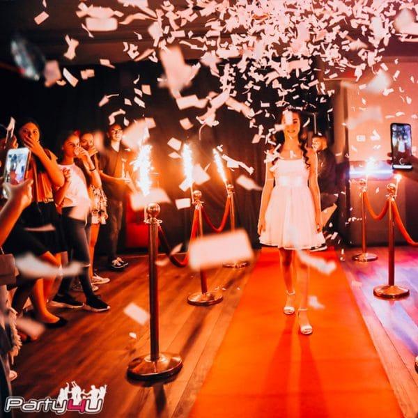 """כניסה עם קונפטי על שטיח אדום במועדון לבת מצווה ניו יורק בראשל""""צ"""
