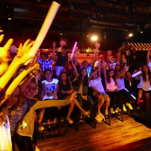 תמונה של ילדים חוגגים במסיבת בת מצווה במועדון לבת מצווה
