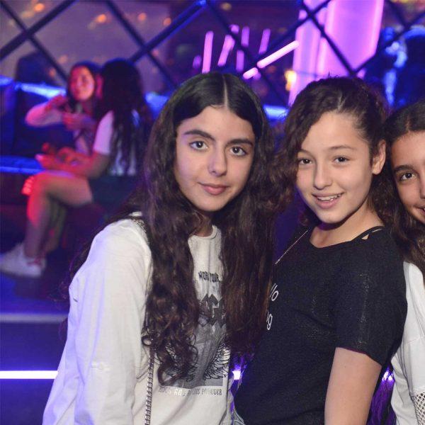 תמונה של 3 חברות במועדון לבת מצווה