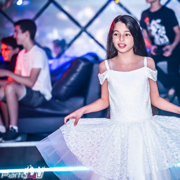 כלת בת מצווה עם שמלה לבנה במועדונים לבת מצווה