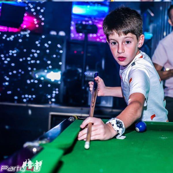 ילד משיק סנוקר במועדונים לבת מצווה