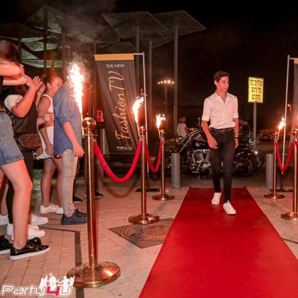 כניסה על שטיח אדום בחגיגה במועדון לבת מצווה בראשון לציון ניו יורק