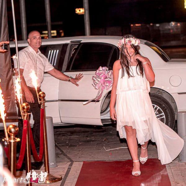כניסה למועדון לבת מצווה על שטיח אדום ולימוזינה